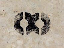 Unendlichkeitssymbol schwarz gemalt auf Betonmauerhintergrund Stockfoto