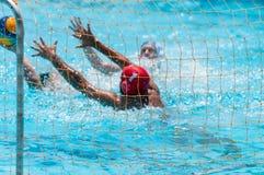 Unerkannte Athleten auf einem Wasserspiel lizenzfreie stockfotografie