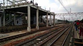 Unerkannte Leute Bau einer modernen Eisenbahn lizenzfreies stockfoto