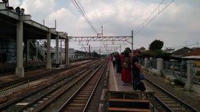 Unerkannte Leute Bau einer modernen Eisenbahn stockfoto