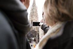 Unerkennbare ältere Paare auf einem Weg im Stadtzentrum, das sel nimmt Stockfotografie