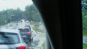 Unerkennbare Autos fahren langsam in Stau am Regen stock video