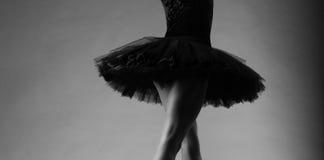 Unerkennbare Ballerina im Studio, schwarzes Ballettröckchen Kunst des klassischen Balletts Schwarzweiss-Bild, Körperteil Stockbild
