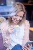 Unerkennbare Frau mit Smartphone in trinkendem Kaffee des Cafés Lizenzfreie Stockfotos
