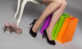 Unerkennbare junge Frau, die neue Schuhe wählt Stockbild