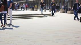 Unerkennbare Leute auf der Straße stock video footage