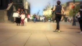 Unerkennbare Leute auf der Straße stock video