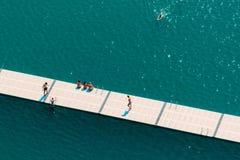 Unerkennbare Leute, die Sommernachmittag auf See genießen Lizenzfreies Stockbild