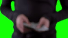 Unerkennbare Mannhände mit Geld, Zählung, Dollar auf chromakey zeigend Abschluss oben stock video