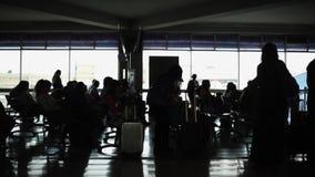 Unerkennbare Schattenbilder von Leuten und von Gepäck am Flughafenabfertigungsgebäude stock footage