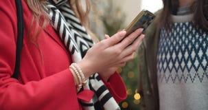 Unerkennbarer Abschluss oben von jungen Paaren teilen Gedächtnisse und Bilder auf Social Media mit on-line-Mobile-APP Stockbild