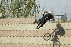 Unerkennbarer BMX-Reiter, der Trick auf der Wand durchführt stockbild
