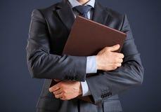 Unerkennbarer Geschäftsmann, der Ordner mit Dokumenten hält Stockbild