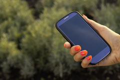 Unerkennbarer Handy des Frauengriffs Stockfotos