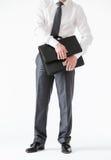 Unerkennbarer junger Geschäftsmann, der einen Aktenkoffer öffnet Lizenzfreies Stockfoto