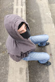 Unerkennbarer junger Mann, der den schwarzen Kopfschutz sitzt auf altem trägt Lizenzfreie Stockfotos