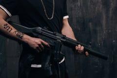 Unerkennbarer Mörder mit Scharfschützegewehrnahaufnahme Stockfoto