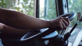 Unerkennbarer Mann, der seine Hände auf Lenkrad hält und Auto an der Landstraße am warmen Sommertag fährt LKW-Fahrer stock video