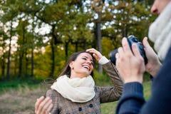 Unerkennbarer Mann mit der Kamera, die Fotos seiner Frau macht Lizenzfreies Stockbild