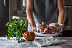 Unerkennbares Frau cocido madrileño stockfoto
