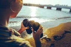 Unerkennbares junges Mädchen, das auf dem Ufer steht und Ferngläser hält Pfadfinder Wanderlust Travel Concept lizenzfreies stockbild