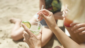 Unerkennbares Mädchen, das Spaß auf tropischem Strand hat Lizenzfreie Stockbilder