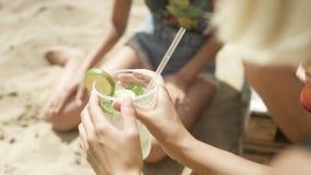 Unerkennbares Mädchen, das Spaß auf tropischem Strand hat Lizenzfreies Stockfoto
