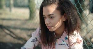 Unerkennbares Porträt einer jungen schwarzen Frau im städtischen Hintergrund Lizenzfreie Stockfotografie