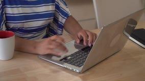 Unerkennbares weibliches Plaudern auf dem Laptop stock video