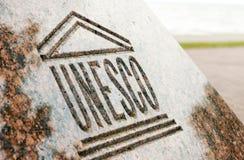 UNESCO-Welterbzeichen geschnitzt auf Stein lizenzfreies stockbild