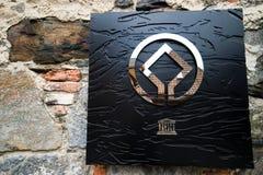 UNESCO-Zeichen auf Bergen-Wand Stockfoto