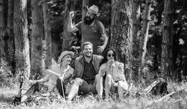 Unexpectablegevaar Houdt de mensen brutale dief wandelaars van de messen de gaande aanval in forest Company vrienden in gevaarlij royalty-vrije stock fotografie