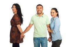 Unfaithful Mann zwischen zwei Frauen Lizenzfreies Stockbild
