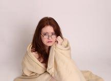 Unfallüberlebender der jungen Frau eingewickelt in einer Decke Stockbild