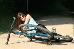 Unfall auf der Straße mit Radfahrer Stockfotos