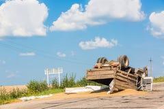 Unfall auf der Straße Umgeworfener LKW mit Sand liegt aus den Grund nach einem Abbruch Lizenzfreies Stockbild