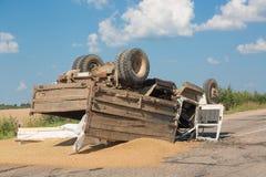 Unfall auf der Straße Umgeworfener LKW mit Sand liegt aus den Grund nach einem Abbruch Stockfotos