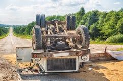Unfall auf der Straße Umgeworfener LKW mit Sand liegt aus den Grund nach einem Abbruch Lizenzfreie Stockfotos