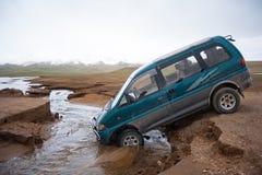 Unfall auf der Straße Wartehilfe Bruch in den Bergen Expedition nicht für den Straßenverkehr Jeep 4x4 fest im Gebirgsflussstrom Stockbild