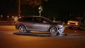Unfall an der Nachtstraße stock footage