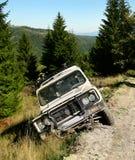 Unfall mit großem Auto im Abzugsgraben Lizenzfreies Stockfoto
