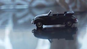 Unfall von zwei Spielzeugautos auf einer Straße vertraulich stock footage
