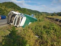 Unfall zwischen einem LKW und einem weißen/einem Grün Van auf wichtiger europäischer Straße Lizenzfreie Stockfotos