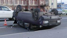 Unfallsauto, werfend um stock video footage
