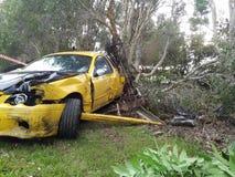 Unfallselbstfahrzeug Autoautounfall auf Seite der Straße Total beschädigt Ruiniertes Auto Stockbild