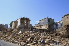 Unfallszene voll des Rückstands, des Staubes und des schädigenden Hauses lizenzfreies stockbild