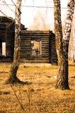 Unfertige alte hölzerne Kirche im Holz Lizenzfreie Stockfotografie