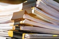 Unfertige Belegstapel Papierarchive auf Schreibtisch für Berichtspapiere, Stapel des unfinish Blattes erzielt mit Clipn dokument lizenzfreie stockbilder