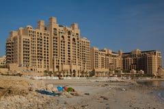 Unfertige Gebäude auf dem Strand in Dubai Stockbild