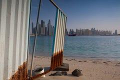 Unfertige Gebäude auf dem Strand in Dubai Stockfotografie